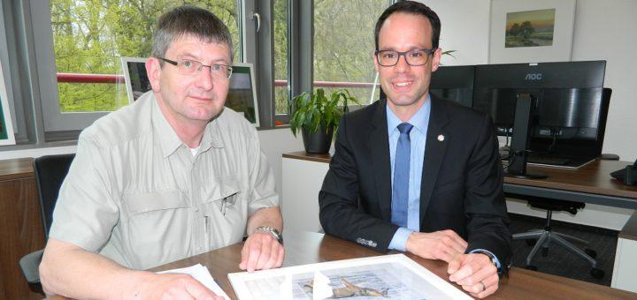 Wolfsberater Heiko Ehing und Kreisdezernent Dominik Vinbruck (von links) informierten über die aktuelle Lage zum Thema Wolf im Landkreis Osterholz. Foto: Bosse
