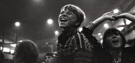 Wer als Jugendlicher den Rolling Stones (Konzertfoto) oder noch später etwa Kraftwerk zugejubelt hat, will heute nicht unbedingt Volkslieder singen. Junge Alte Demenz Schlaganfall Jungsenioren ProDem Stuhr Foto: Wikipedia/ Riksarkivet (Nationalarchiv Norwegen)