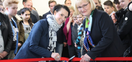 Die Sanierung ist abgeschlossen: Dr. Claudia Bogedan (SPD), Senatorin für Kinder und Bildung, (v. l.) eröffnete jüngst gemeinsam mit Schulleiterin Kathrin Borges-Postulka den neuen naturwissenschaftlichen Trakt.