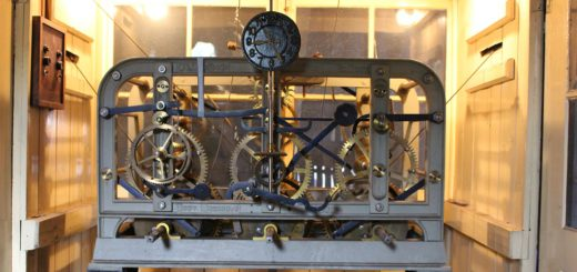 Das 125 Jahre alte Uhrwerk steht auf dem Dachboden der Schule. Foto: Füller