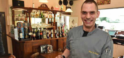 """Der Chef kocht selbst: Dennis Klaß mit einem Mittagsgericht im """"Checkpoint"""".Foto: Schlie"""