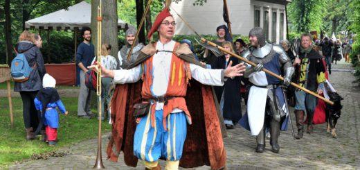 Der Gaukler Tumalon eröffnet das Stadtgetümmel am Sonnabend, 1. Juli, um 12 Uhr. Am anschließenden Rundgang nehmen viele der Teilnehmer teil. Foto: Konczak