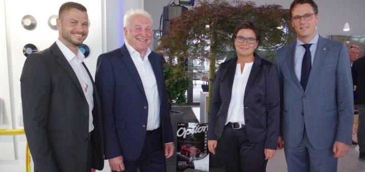 Bernhard Kaplan (rechts), Geschäftsführer von Mazda Motors Deutschland überreichte Kai Becker, Manfred Engelbart und Kerstin Kirwus eine Plakette und einen japanischen Ahorn.Foto: gri