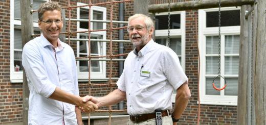 Dr. med. Matthias Viemann (links) wird zum 1. Oktober neuer Chefarzt der Klinik für Kinder- und Jugendmedizin. Dr. Johann Böhmann hatte das Amt 33 Jahre inne.Foto: Konczak