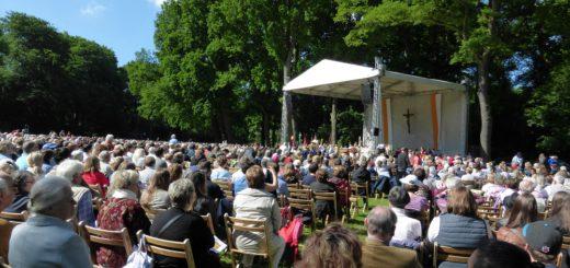 In der Vergangenheit war der Festgottesdienst zu Fronleichnam im Bürgerpark schon sehr gut besucht.