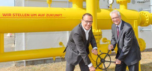 remiere für H-Gas: swb-Vorstand Timo Poppe (l.) und Wesernetz-Geschäftsführer Andreas Fröstl starten die Einleitung. Foto: swb