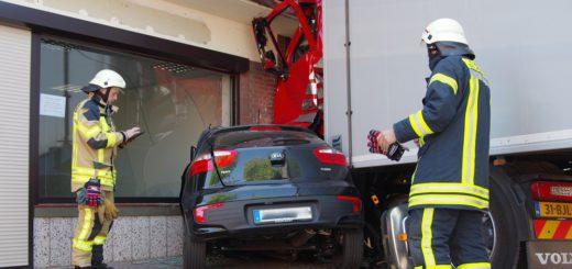 Der Sattelzug zerdrückte beim Aufprall auf das Gebäude ein geparktes Auto. Foto: gri