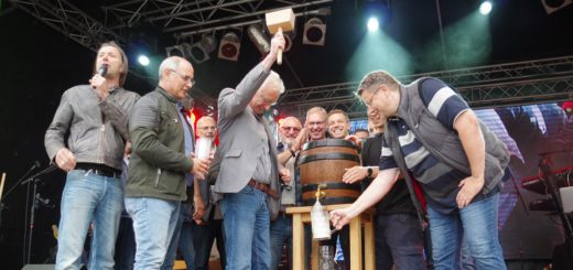 Es läuft: Oberbürgermeister Axel Jahnz triumphierte beim Fassbieranstich. Foto: gri