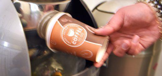 Kaffeebecher landet im Mülleimer