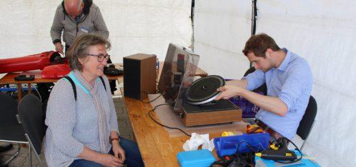 Katharina Rothas ist gespannt, ob Stefan Weigel ihren alten Plattenspieler wieder in Gang bekommt. Foto: Harm