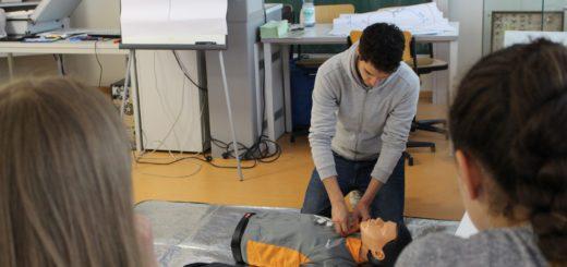 Lucas Gösling vom ASB erklärt den zukünftigen Schulsanitätern die Herz-Lungen-Wiederbelebung. Foto: Harm
