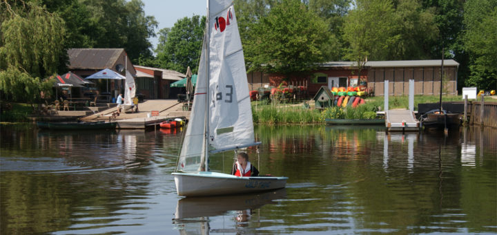 """Mieka Reiners dreht im Teeny """"Wild Thing"""" ihre Runde im Hammehafen, bevor es in Begleitung von Werner Schlüter (im Schlauchboot) auf den Fluss geht. Foto: Möller"""