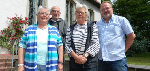 Im Schatten der Hamberger Kirche stellten Ute Hoffmann, Wolfgang Tuttlies, Margrit Kluge und Hermann Wieters (v.l.) die Ziele des Seniorenbeirats vor. Foto: Bosse