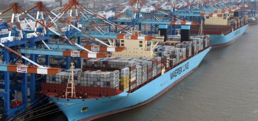 Schiffe am Containerterminal Bremerhaven. Zwischen Bremer und chinesischen Häfen gibt es Linienverkehr. Vor allem Autos und Container werden umgesetzt. Wirtschaft Handel