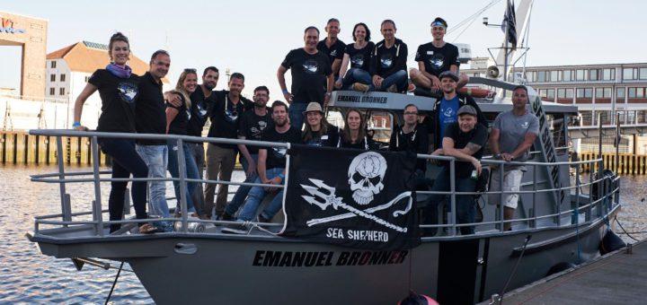"""Sea Shepherd und Dr. Bronner's Crew auf der neuen """"Emanuel Bronner"""".Foto: Alexander Wurm für Dr. Bronner's Europe"""