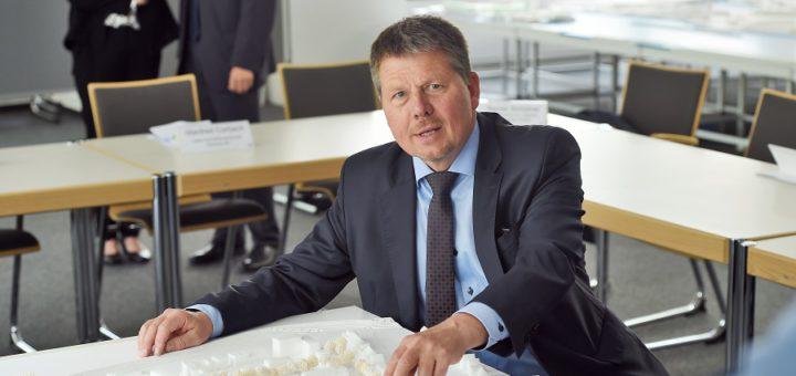 """Bausenator Dr. Joachin Lohse zeigt am Modell die """"Gartenstadt Werdersee"""".Foto: Schlie"""
