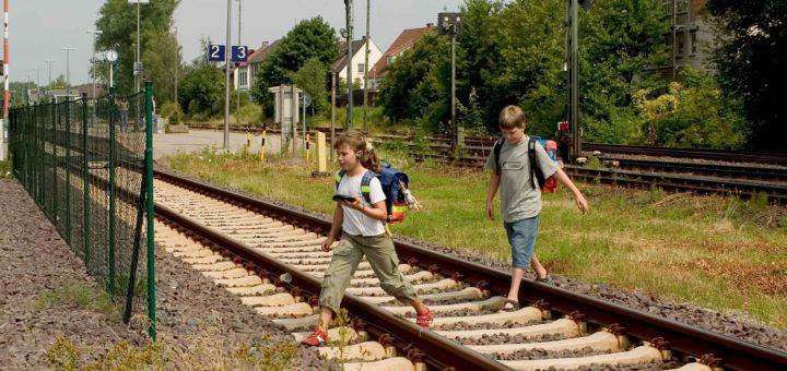 Kinder betreten unbefugt Bahngleise. Foto: Bundespolizeiinspektion Bremen