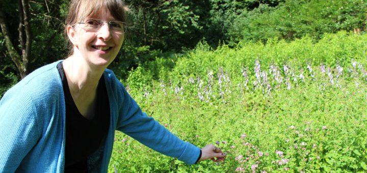 Martina Schnaidt steht am Duftbeet. Dort kann an Oregano, Lavendel, Zitronenmelisse und Pfefferminze geschnuppert werden. Foto: Harm