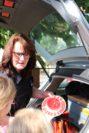 Schrader erklärt den Kindern auch, was sich im Streifenwagen befindet. Foto: Füller