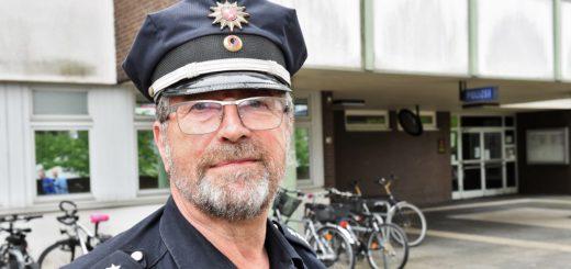 Kontaktpolizist Thomas Kothe ist einer von zwei KoPs in Kattenturm. Fotos: Schlie