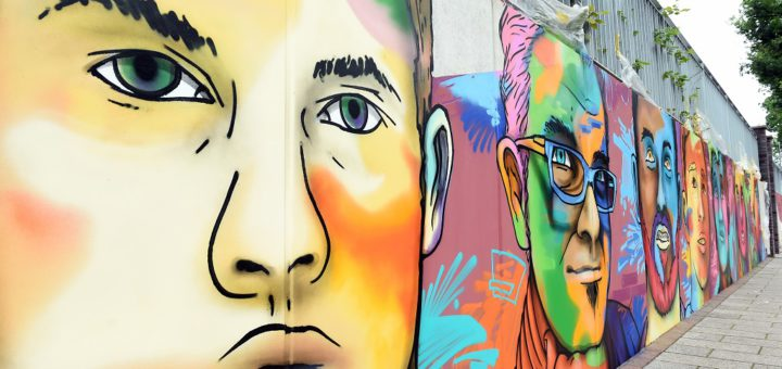 24 Porträts – Gesichter aus dem Stadtteil – zieren nun die ehemals graue Betonmauer vor dem Quartierszentrum Huckelriede am Niedersachsendamm. Foto: Schlie