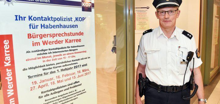 Kontaktpolizist Hannes Leefers bietet regelmäßige Sprechstunden im Bürgerbüro im Werder Karree an. Foto: Schlie