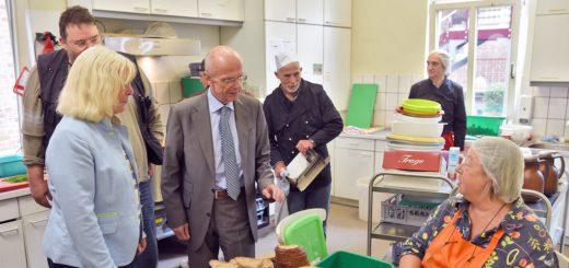 Bürgerschaftspräsident Christian Weber (3. v. l.) informierte sich über die Arbeit der Bremer Suppenengel. Diese feiern im September ihren 20. Geburtstag.Foto: Schlie