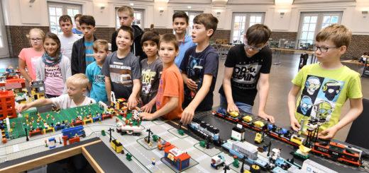 14 Kinder haben heute im Rahmen einer Sommerferienaktion eine bunte und fantasievolle Stadt aus Lego in der Markthalle aufgebaut. Foto: Konczak