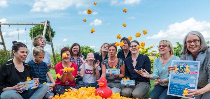 Trafen sich zum Verpacken der Renn-Enten: Mitglieder des Lions Club Delmenhorst Gräfin Hedwig. Foto: Meyer