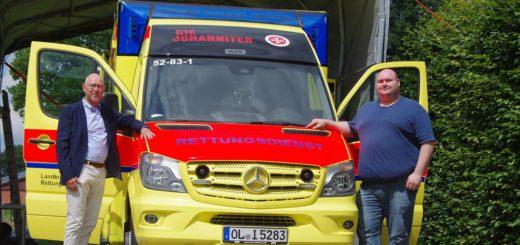 Der Leiter der Huder Rettungswache, Kim-Carsten Cartens (r.), erklärte dem Bürgermeister der Gemeinde Hude, Holger Lebedinzew, die Vorzüge des neuen Rettungswagens. Foto: gri