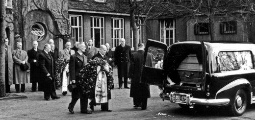 Bei der Überführung des Sarges von Rudolf Königer nach Hamburg am 4. November 1954 erweisen ihm Vertreter der Stadt Delmenhorst die letzte Ehre.Foto: Stadtarchiv Delmenhorst