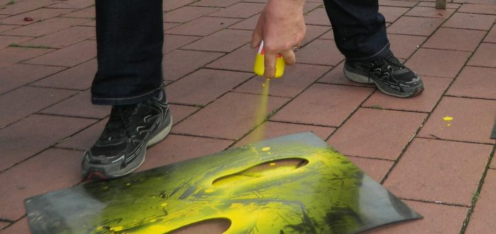 """Auf die Gehwege aufgesprühte """"Gelbe Füße"""" sollen vor allem Schulanfängern sichere Querungsmöglichkeiten aufzeigen. Foto: Bosse"""