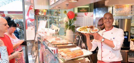 """Jairi Mohamed versorgt im """"Gosch"""" die Gäste mit Fischbrötchen und mehr. Foto: Schlie"""