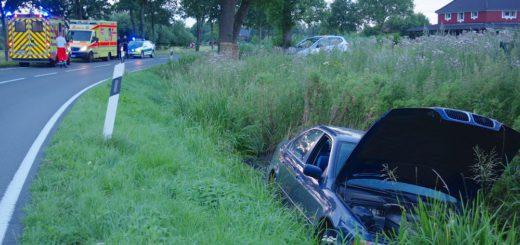 Ein junger Mann verlor in einer Linkskurve die Kontrolle über sein Fahrzeug und schleudert über die Gegenfahrbahn in einen Entwässerungsgraben. Foto: gri