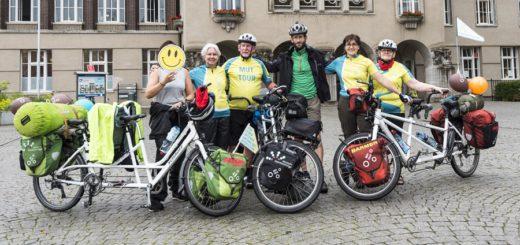 """In mehreren Teams fahren die Radler der """"MUT-Tour"""" durch Deutschland. Auch auf dem Rathausplatz in Delmenhorst haben die Akteure einen Etappenstopp eingelegt. Foto: Meyer"""