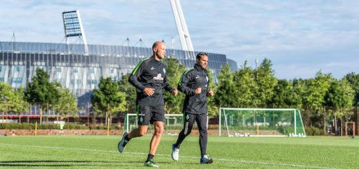 Torwarttrainer Christian Vander (l.) und Chefcoach Alexander Nouri drehten beim Lauftraining am Montag ihre Runden am Weserstadion. Foto: Nordphoto