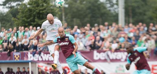 Luca Caldirola (l.) springt höher als Pablo Zabaleta und trifft mit einem wuchtigen Kopfball zum 1:0 für Werder. Foto: Nordphoto
