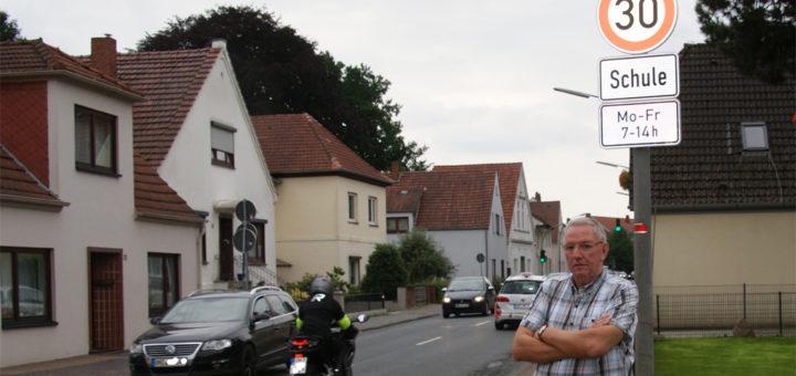 Als Anwohner der Rübhofstraße beobachtet Jürgen Schmonsees die neue Geschwindigkeitsbegrenzung und kritisiert eine mangelnde Akzeptanz bei den Autofahrern. Foto: Möller