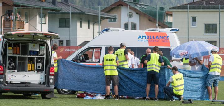 Zusammenbruch von Abdelhak Nouri beim Testspiel gegen Werder Bremen in Österreich. Nach dem Herzstillstand hat der 20-Jährige nun bleibende Hirnschäden.