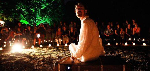 """Bei der Inszenierung """"Die große Reise"""" arbeiten die Akteure vom Theater Anu auf die Effekte von Licht und Dunkelheit. Foto: Theater Anu"""