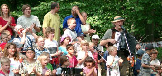 """Der Hannoveraner Kinderliedermacher Manfred Kindel (rechts) alias """"Unmada"""" könnte durch die Erlöse des """"Gut Sandbeck Open Air"""" erneut für einen Workshop engagiert werden. Foto: red"""