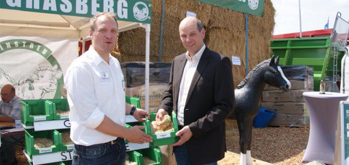 Kreislandwirt Stephan Warnken (r.) im Gespräch mit Frank Witte vom Grasberger Spezialisten für Stroh und Strohmehl, Cordes-Grasberg. Foto: Möller