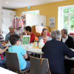 In großer Runde sitzen die Gäste aus Deutschland und der ganzen Welt zusammen: Im Sprachcafé geht es darum, in lockerer Atmosphäre Deutsch zu lernen und zu sprechen. Foto: Füller