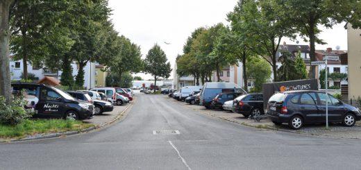 Der Quartiersplatz soll dort entstehen, wo heute auf der linken Seite Autos parken. Die Straße würde an dieser Stelle zur Einbahnstraße aus Richtung Vohnenstraße. Auch die Parkplätze auf der rechten Seite müssten weichen und verlegt werden. Foto: Schlie