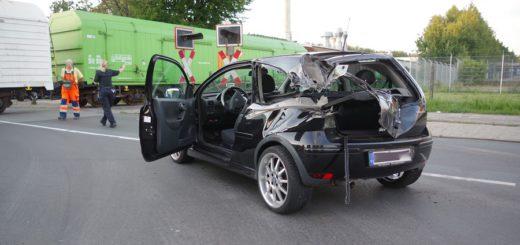 Bei der Kollision wurde der Pkw stark beschädigt. Foto: gri