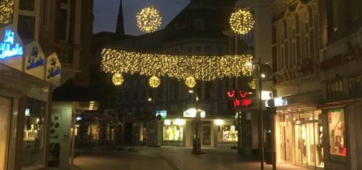 Zu Testzwecken hängt ein Teil der zukünftigen Winterbeleuchtung auch in der kommenden Woche noch in der Fußgängerzone.Foto: Salmen