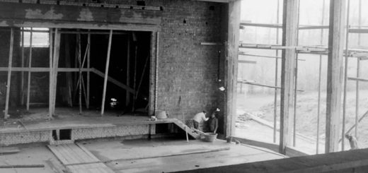 """Maurer bei Innenarbeiten im späteren Saal des Theaters """"Kleines Haus"""". Foto: Stadtarchiv Delmenhorst"""