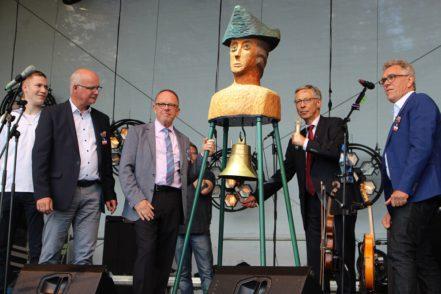 Bürgermeister Carsten Sieling (2. von rechts) beim traditionellen Glockenschlag, mit dem das Festival eröffnet wird. Foto: Harm
