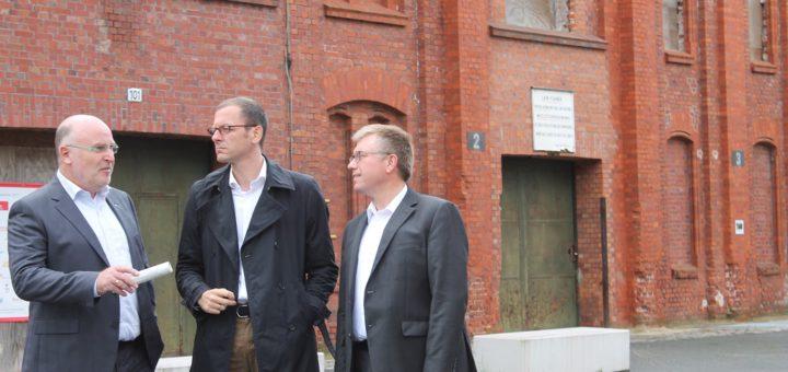 Wirtschaftssenator Martin Günthner (Mitte) machte sich mit dem Europaabgeordneten Dr. Joachim Schuster (rechts) und Orstamtsleiter Peter Nowack (links) ein Bild vom BWK-Gelände.Foto: Spier