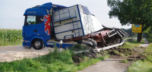 Zirka 25 Tonnen Mais verteilten sich auf der Bundesstraße. Foto: gri